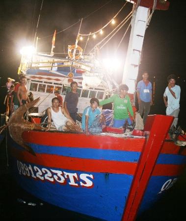 Ngư dân Việt Nam cứu sống người Trung Quốc gặp nạn trên biển