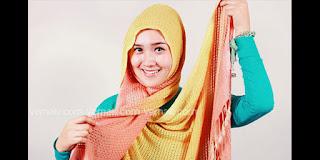 Cara memaki jilbab gaya casual dengna pashmina rajut