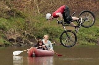 Acidente de bicicleta com canoa