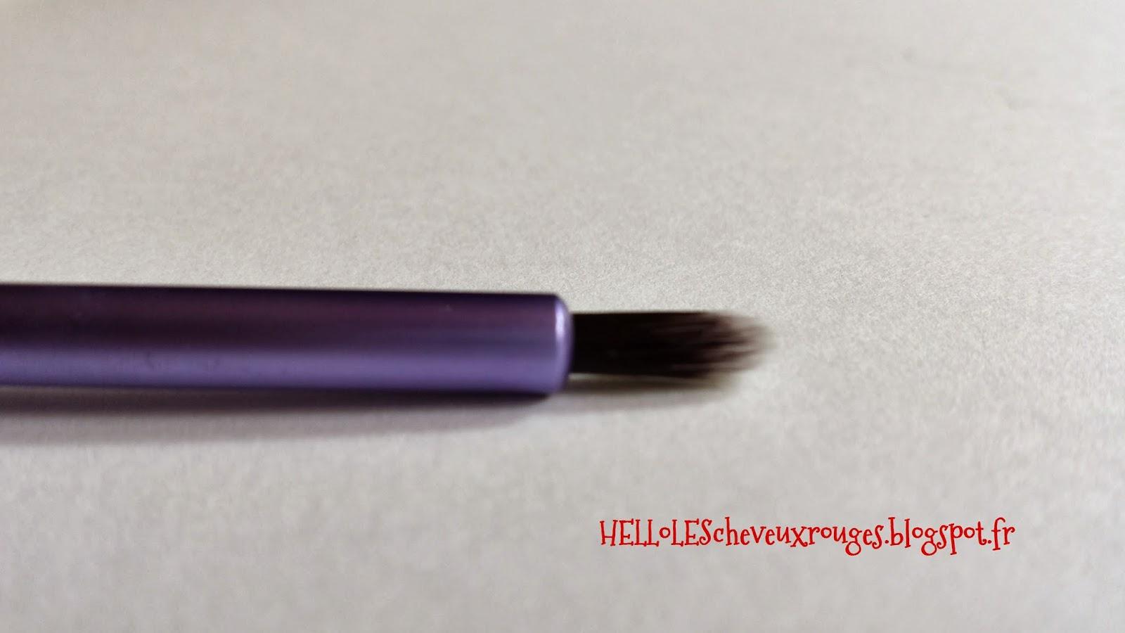 detail de la forme du pinceau pixel-point eyeliner brush du kit real techniques de samantha chapman