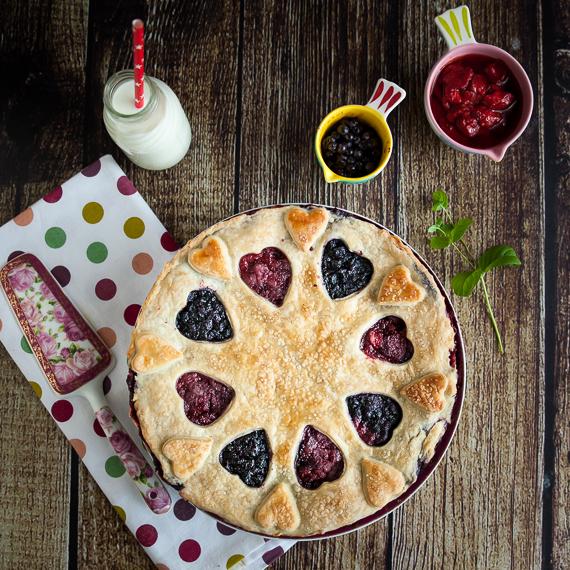 Пирог с ягодами и начинкой из йогурта