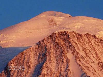 les montagnes du Mont-Blanc et de l'Aiguille du Goûter éclairé par le soleil couchant