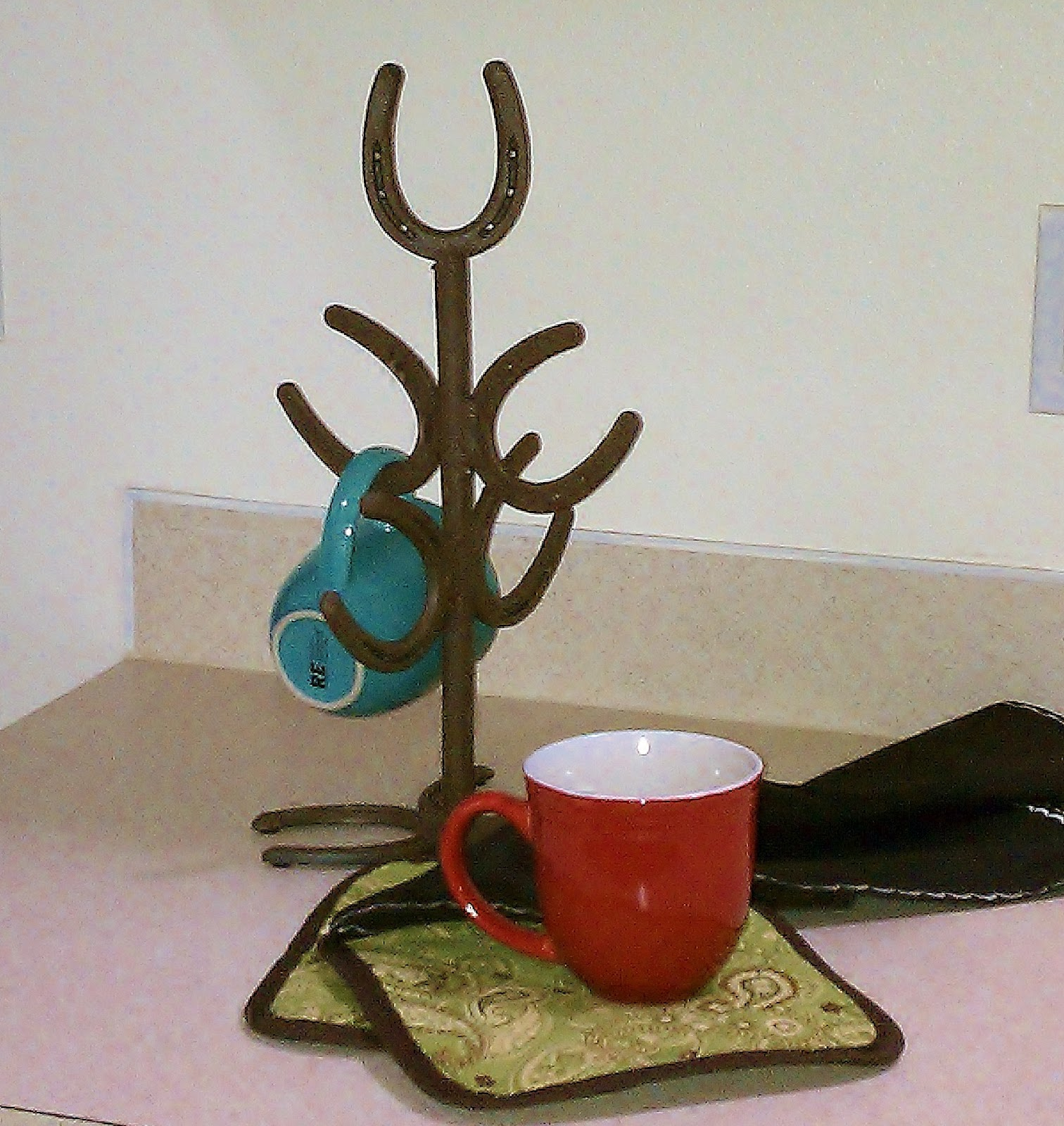 Horseshoe mug rack horseshoe decor pinterest for How to decorate horseshoes