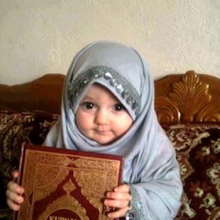 Foto Bayi Muslim Memegang Alqur'an