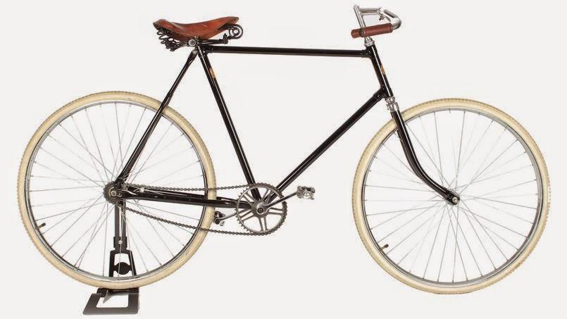 Ancienne Bicyclette vélo à l'ancienne   la bicyclette considérée comme un des beaux arts