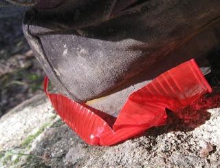 bicchiere plastica schiacciato da scarpone in campagna Andrea Mameli 2011