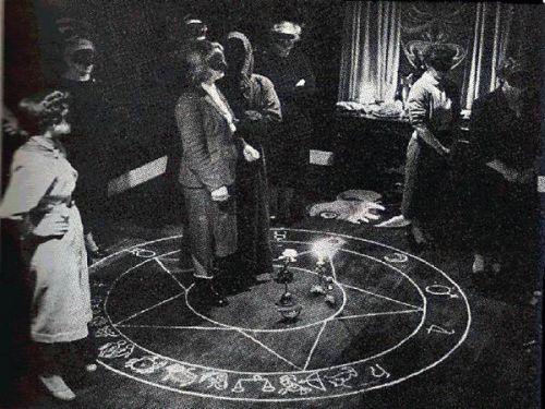 [Resim: casting_a_dark_love_spell.jpg]
