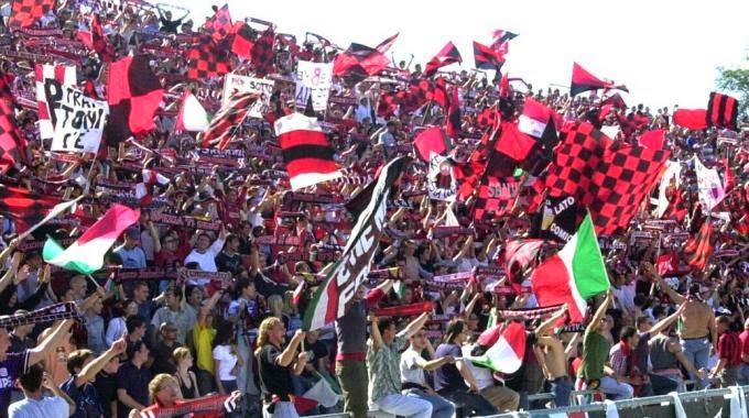tifosi ultras allo stadio immagine