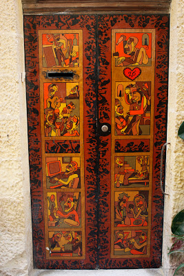 dfhoto partituras Foto de una puerta espectacular en Birgu o Victoriosa justo delante de la casa más antigua de Birgu en Malta