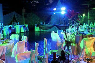 el juego de luces en este caso en particular azules y verdes le da al saln un ambiente de misterio y ideal para este tipo de ceremonias