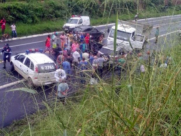 Acidente entre carro e caçamba deixou um morto na BR-101 (Foto: Letícia Oliveira / Site Voz da Bahia)