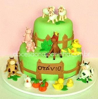 bolo decorado fazendinha com cavalo sentado porteira com nome ovelhas e carneirinho, vacas branca e bege malhadas, galinha porcos e patos
