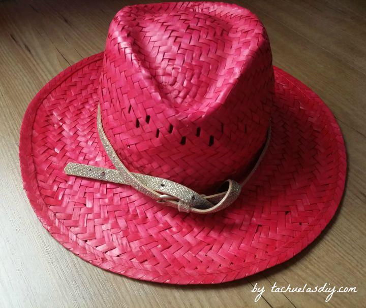 3 ideas diy para customizar sombreros de paja tipo cowgirl o borsalino con materiales que tengamos en casa como un cinturón,retales,cadenas,plumas o abalorios.
