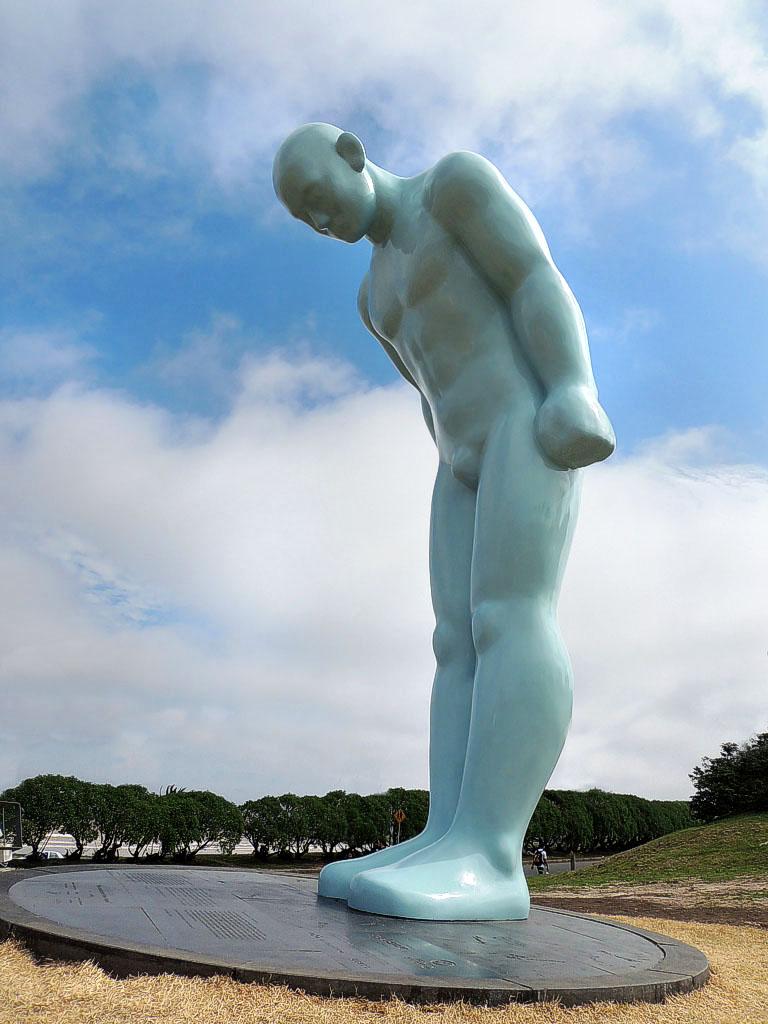 El hombre que saluda (그리팅맨). Montevideo. Fuente: Google Search.