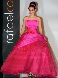 Allison Lozano con vestido de fiesta