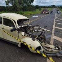 Mulher é lançada de carro em colisão e morre atropelada por bombeiros