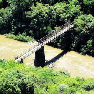 Ponte dos Korff, sobre o Rio das Antas, vista de um mirante no alto do morro.