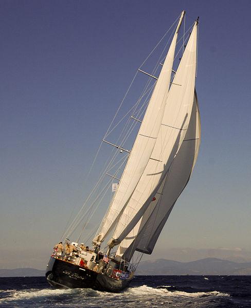 Gambar Perahu Layar Yacht posisi miring tertiup angin