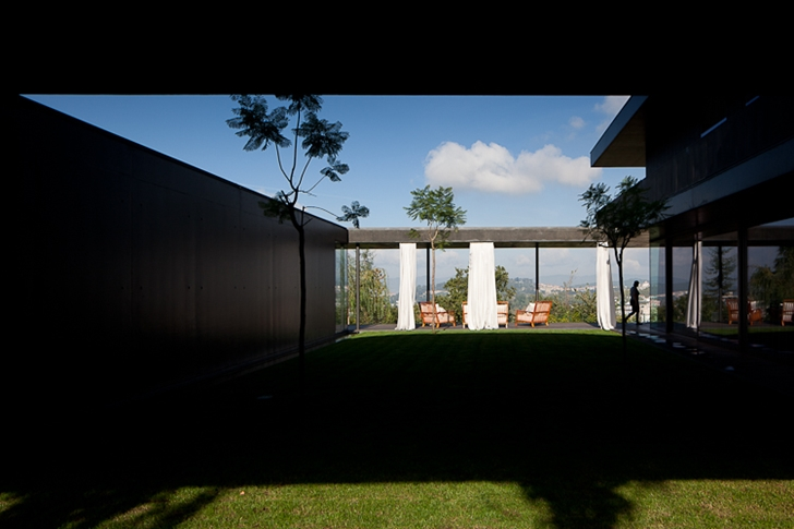 Central backyard in Black Concrete House by Pitagoras Arquitectos
