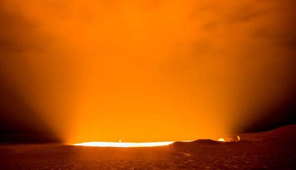 semburan cahaya dari kawah api pintu gerbang ke neraka di turkmenistan