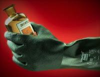 Imagen de un guante snorkel (Ansell) manipulando un producto químico líquido