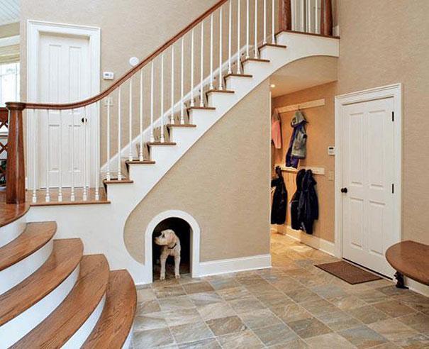 10 ideias criativas e úteis para móveis e objetos: Construir uma casinha de cachorros no espaço que sobra da escada.