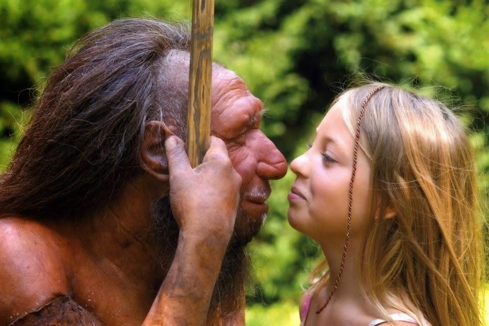 Una niña observa una reconstrucción de un neandertal / NEANDERTHAL MUSEUM/H. NEUMANN