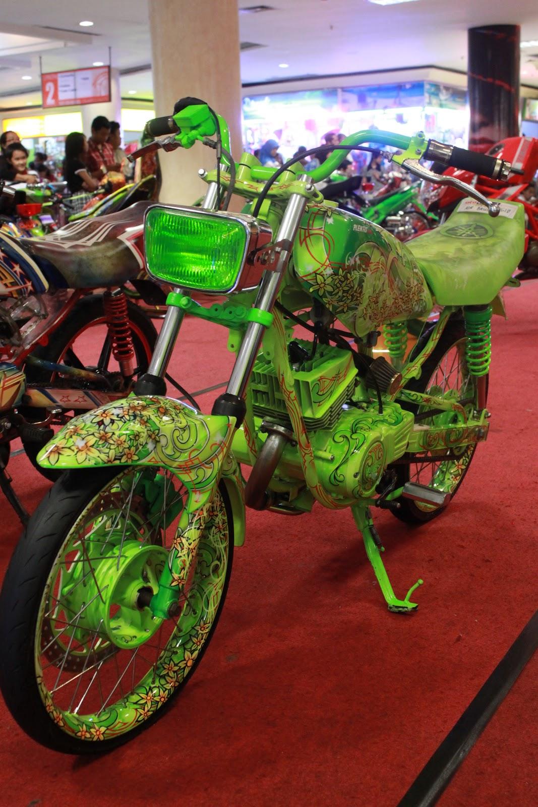 Modifikasi motor Yamaha RX King full airbrush grafis dari bengkel cat  title=