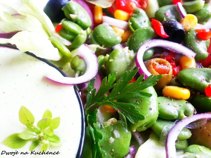 Sałatka z bobem, oliwkami i świeżym ogórkiem