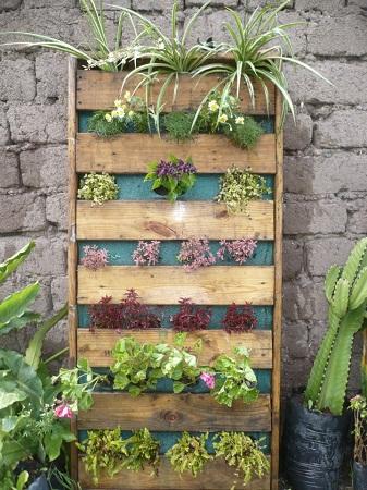 Jardines verticales con palets reciclados for Reja para jardin vertical
