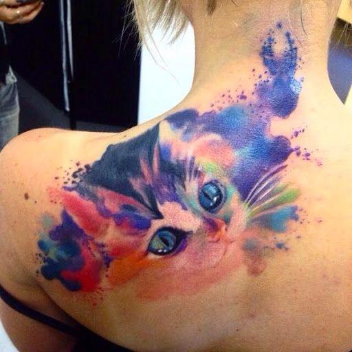 chica con tatuaje de gato de acuarelas en el cuello que le baja hasta el omoplato