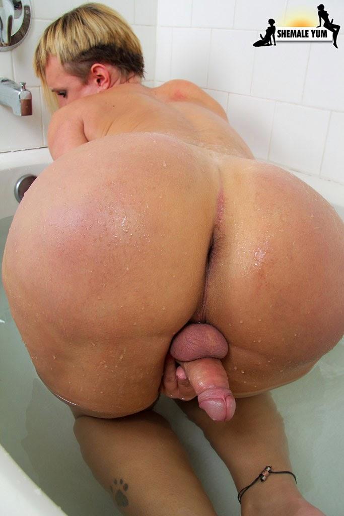 image Foxy brazilian shemale babe rubbing on her co