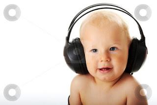 Foto gambar bayi lucu mendengarkan musik 5