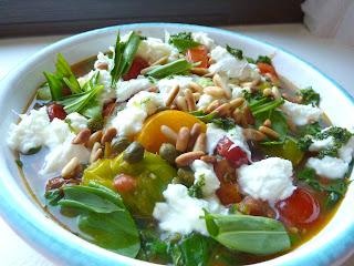 Lauwarme Bunte Tomaten mit Büffelmozzarella und Bärlauch