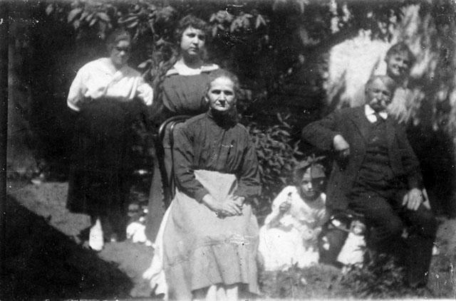 Franciszek Kapel z żoną Lucyną i córkami (u góry od lewej) Ewą, Amelią i Reginą.