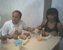 Duas amigas fazendo a refeição,