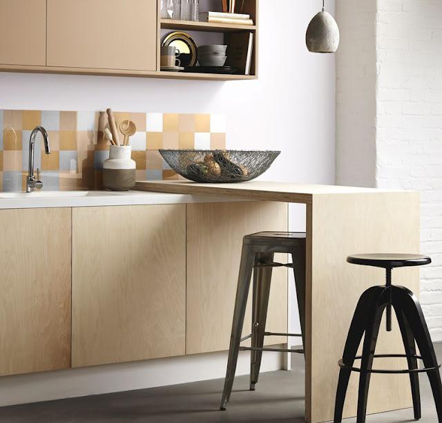 Günstiges Design mit Farbe zum Selbermachen: goldener Fliesenspiegel in der Küche