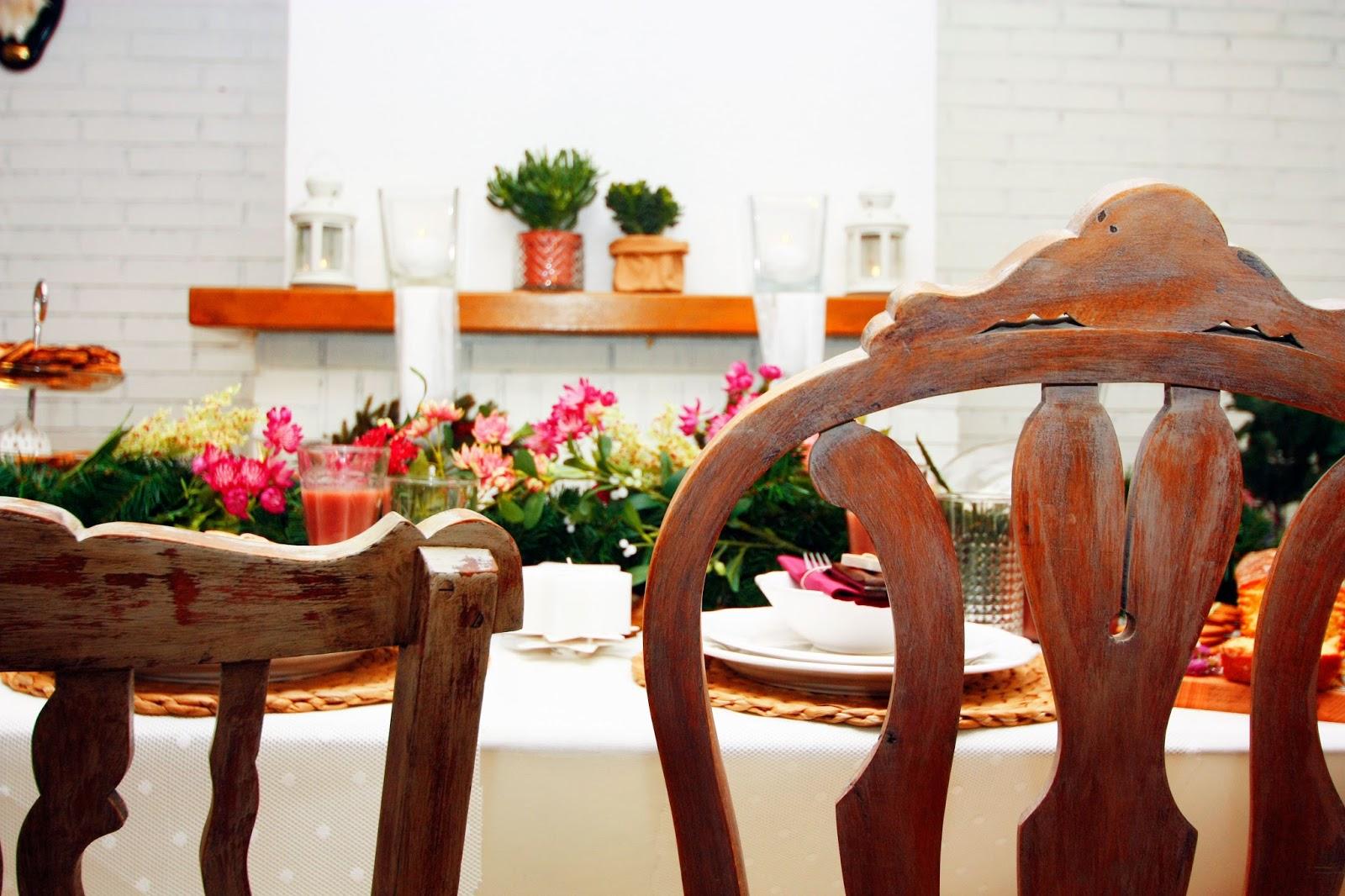Decoración mesa navideña sillas madera