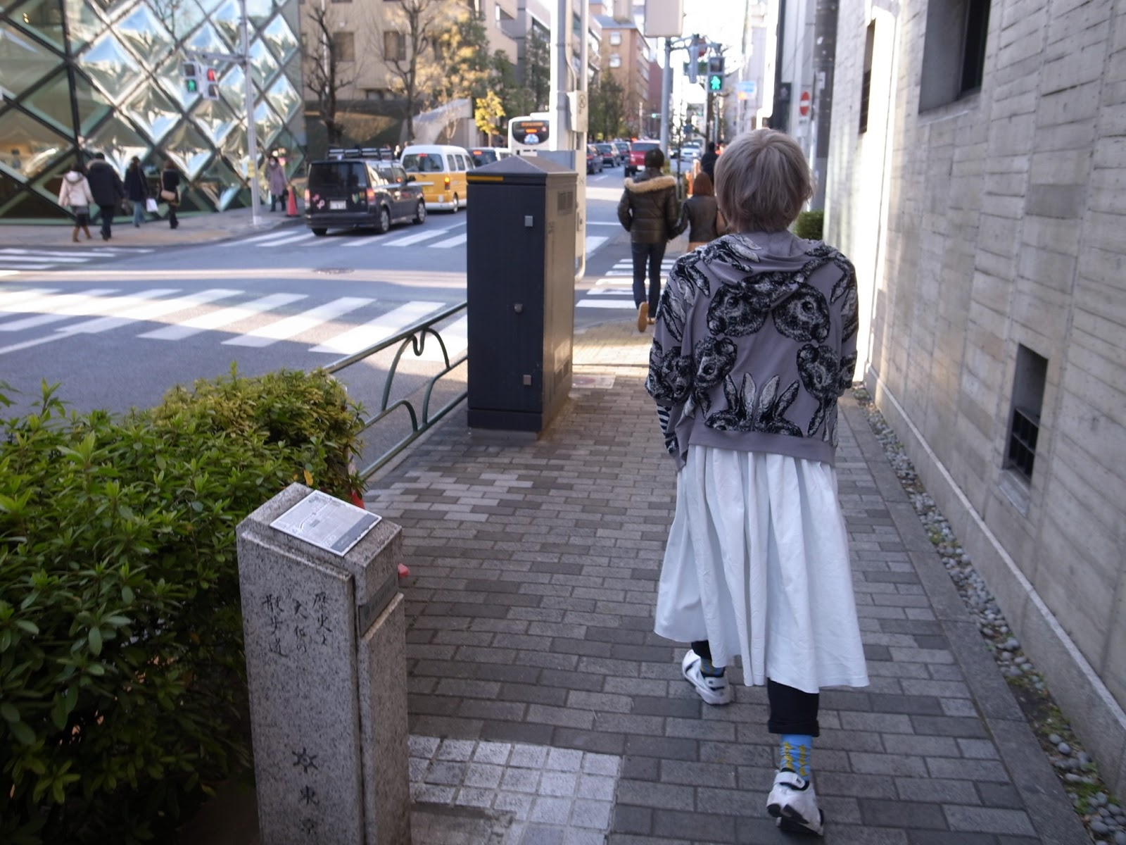 Outer : ahcahcum-muchacha  T-shirts : PLAY COMME des GARÇONS  Skirt : COMME des GARÇONS  Pants : UNIQLO  Shoes : Nike  Earing : aokiyuri