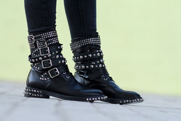 Botas con hebillas, tachuelas y pinchos / Studded and Spiked Ankle Boots: KERMT by JESSICA BUURMAN