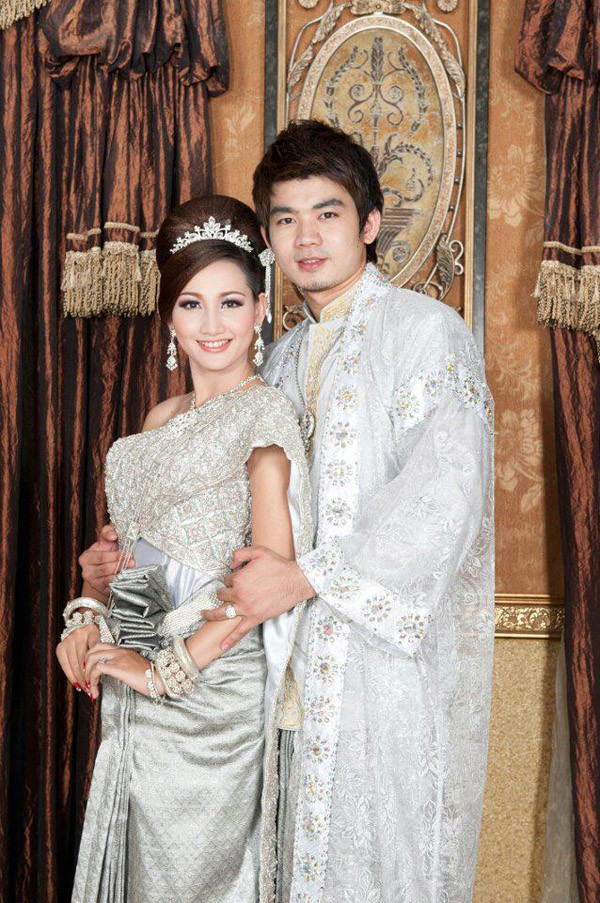 Star eang vichai and hin channiroth in khmer traditional for Khmer dress for wedding party