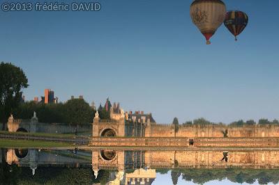 décollage reflet ballon montgolfière château statue Fontainebleau Seine et Marne tourisme