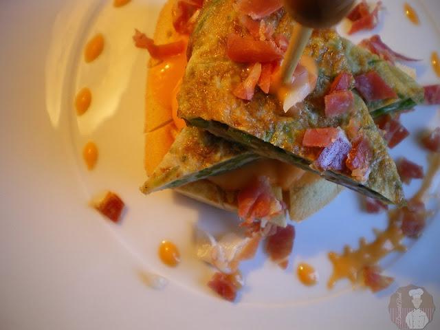 Tapa de tortilla de espárragos con salmorejo y serrano