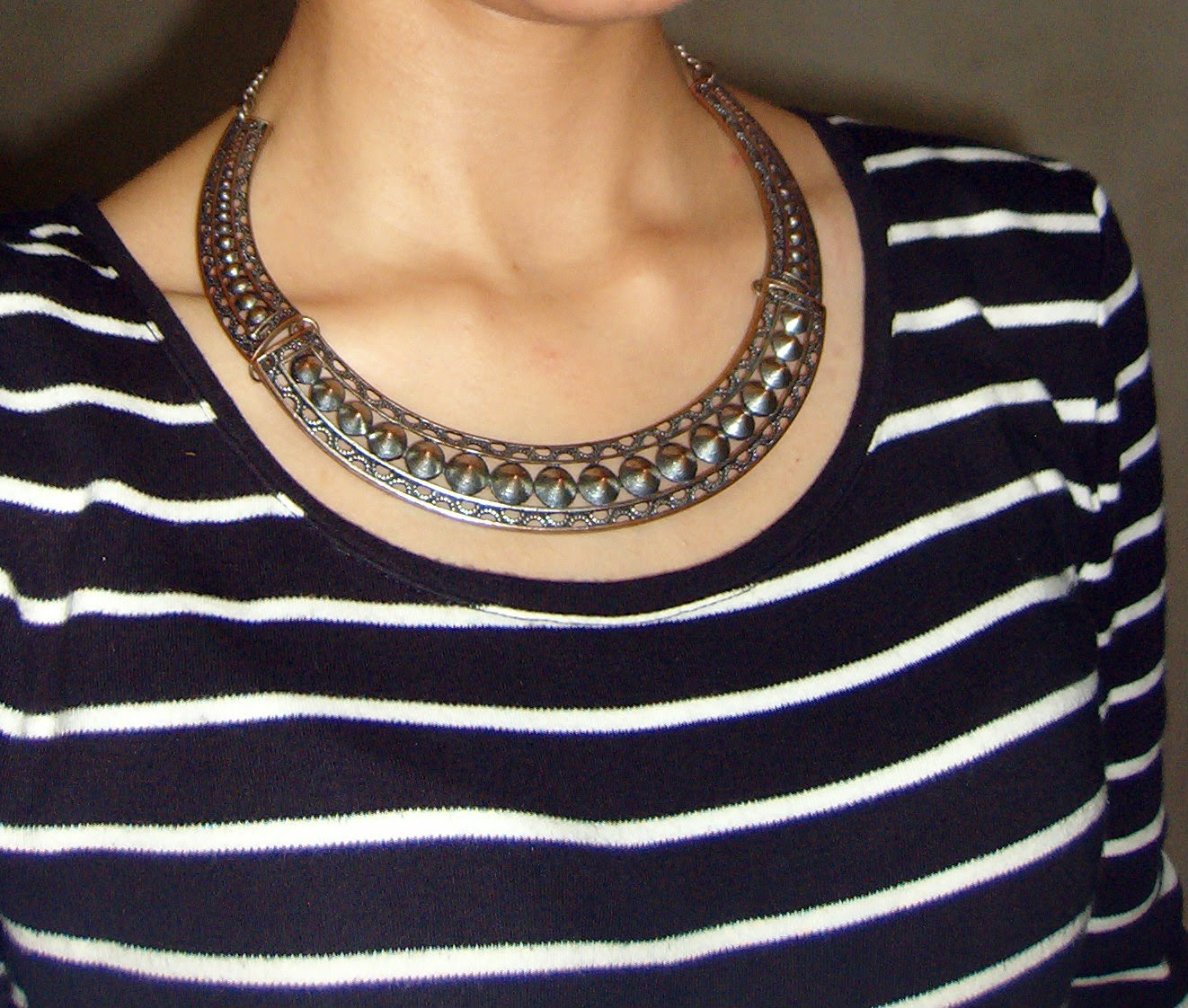 spiked necklace, bib necklace, statement jewellery, bandra shopping, what to buy in bandra, look for less, street shopping in mumbai, mumbai streetstyle, outfit details accessories, spikes, silver neckpiece