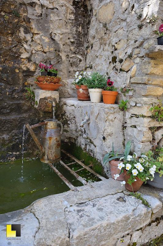 la fontaine haute du village de brantes photo pascal blachier au delà du cliché