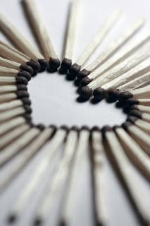 Zrna sibice koja obrazuju srce kao simbol ljubavi i slaganja