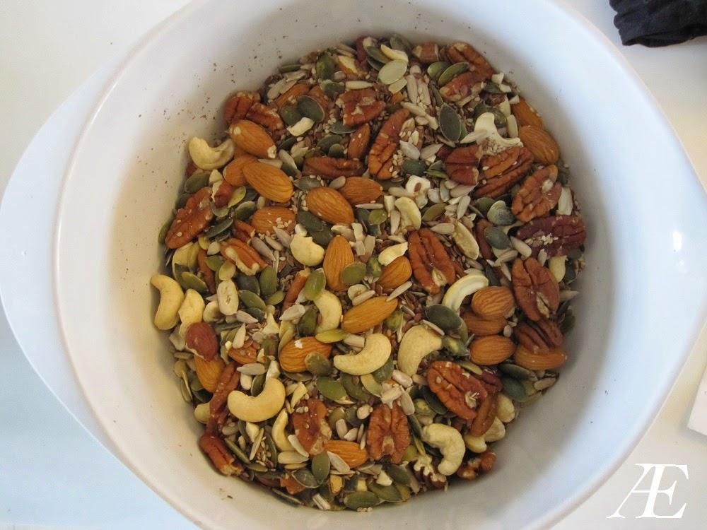 pekannødder, mandler, cashew nødder, sesamfrø, hørfrø, solsikkekerner, græskarkerner, og hasselnødder til nøddebrød, paleobrød, stenalderbrød opskrift