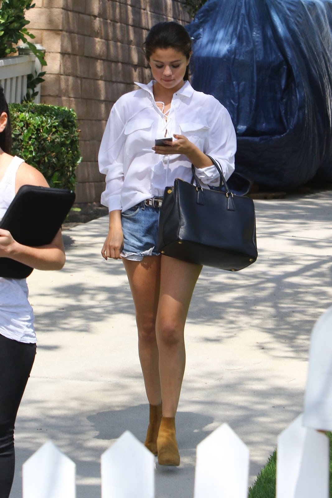 Selena Gomez Flaunts Legs In Denim Shorts In La My Face