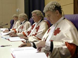 15.-Los jueces escoceses en estrados.