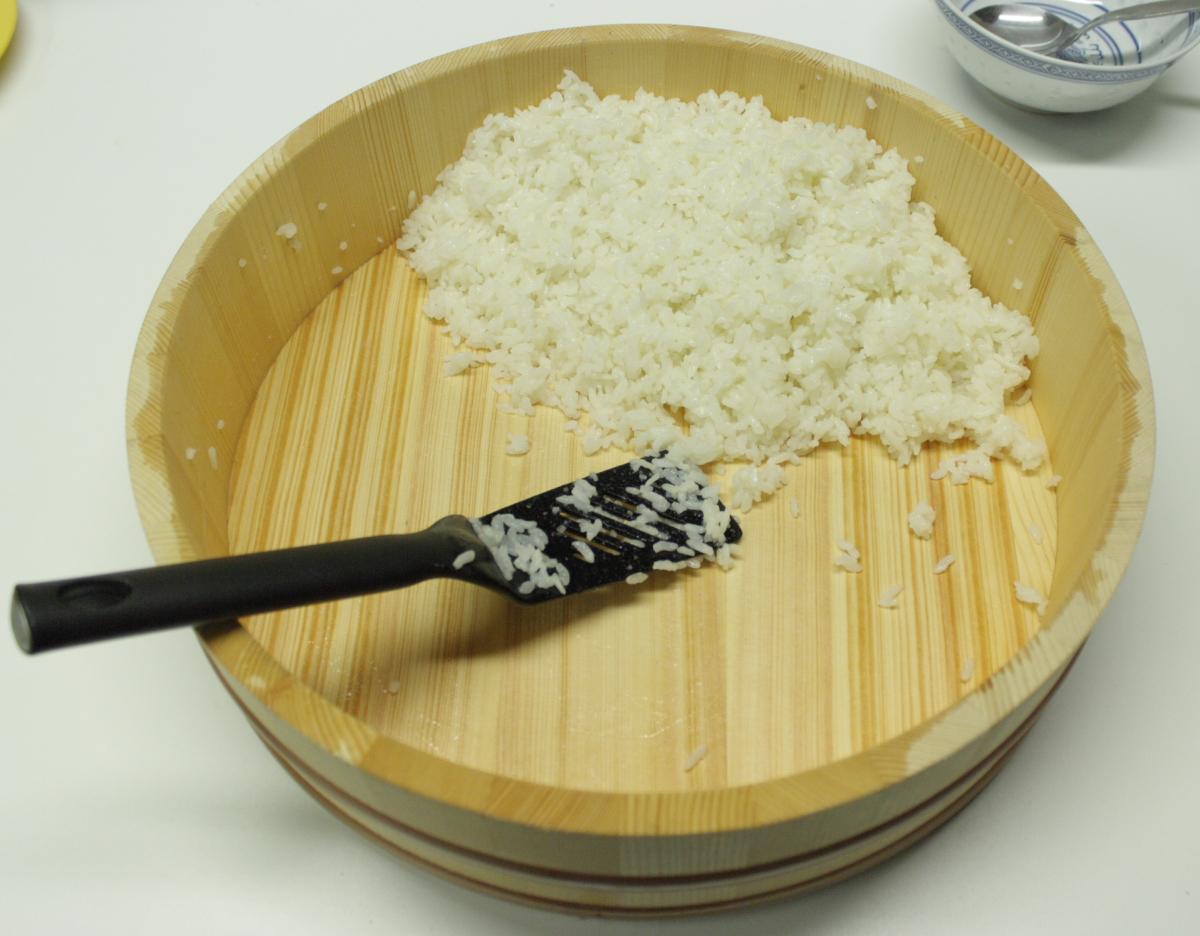 http://4.bp.blogspot.com/-gIDr2CNNM1A/UX4cAD87NmI/AAAAAAAAAaE/aKuvcC5tTJk/s1600/Sushi+Hangiri+with+Rice.JPG